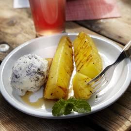 Gegrilde ananas met 'chocolate chunk' roomijs