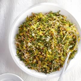Gele rijstsalade met taugé en pinda's