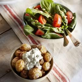 Gepofte krieltjes met gorgonzola en spinaziesalade