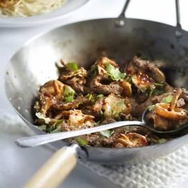 Geroerbakte biefstuk met shiitake en knoflook