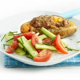 Gevulde aardappel met gehakt en salade
