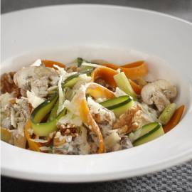 Groententagliatelle met paddenstoelen en noten