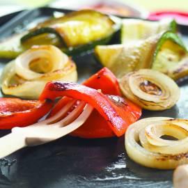 Aan tafel gegrilde groenten