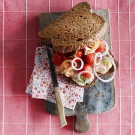 Kipsandwich met aardbei en basilicummayonaise