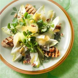 Maaltijdsalade van witlof en gegrilde lente-ui