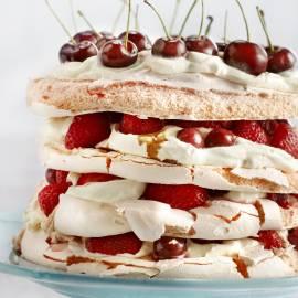 Meringuetaart met aardbeien en kersen