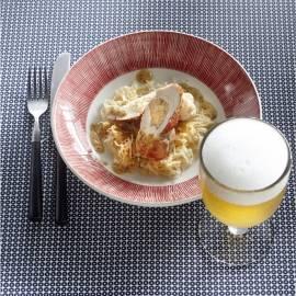 Met zuurkool gevulde kip met bierjus