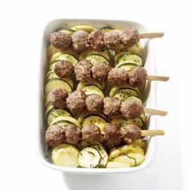 Aardappel-courgetteschotel met gehaktspiesjes