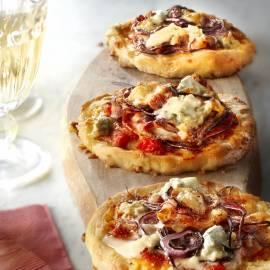 Pizza met gorgonzola, rode ui en pancetta