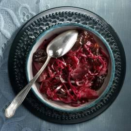 Rodekool met granaatappelsap en pruimen