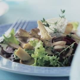 Salade met paddenstoelen en geitenkaas