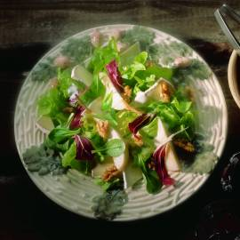 Salade met peer, kaas en noten