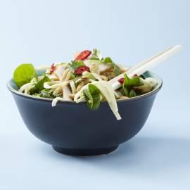 Salade van bami, kruiden en gerookte kip