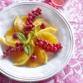 Salade van oranje en rood fruit