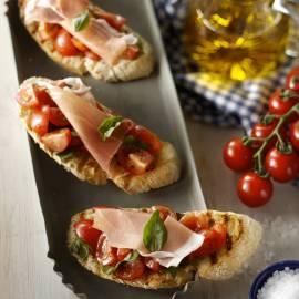 Bruschetta met tomaat, basilicum en parmaham