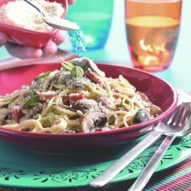 Spaghetti met spekjes en paddenstoelen in roomsaus