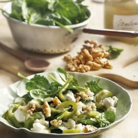 Spinaziesalade met geroosterde groene paprika, feta en walnoten