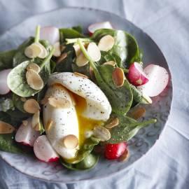 Spinaziesalade met zachtgekookt ei en mosterddressing
