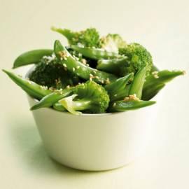 Sugarsnaps en broccoli met zeezout en sesam