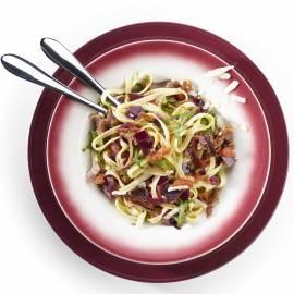 Tagliatelle met rauwe ham, rucola en rode ui