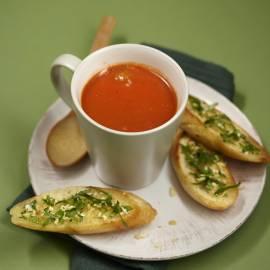 Tomatensoep met balletjes en koriander-knoflookbrood