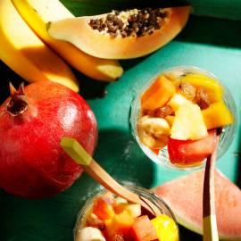 Tropisch fruit met rum en rozijnen