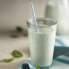 Verfrissende zoute yoghurtdrank