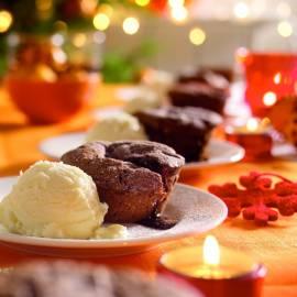 Chocoladecakejes met zachte vulling en ijs