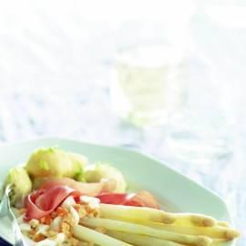 Witte asperges met rauwe ham, ei en nieuwe aardappelen