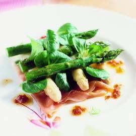 Witte en groene asperges met rauwe ham