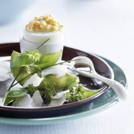 Avocado met een kruidensalade en gevuld ei