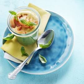 Basilicumsoep met kerrieroom en zalm