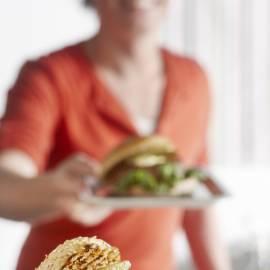 Bosuiburger met augurk en mosterdsaus