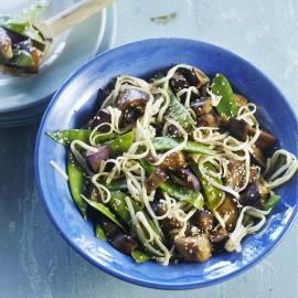 Noedels met gemarineerde aubergine