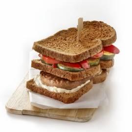 Clubsandwich met hamburger en geroosterde groenten