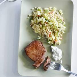 Couscoussalade met geroosterde biefstuk en tzatziki