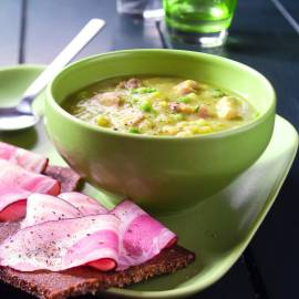 Erwtensoep met roggebrood en spek