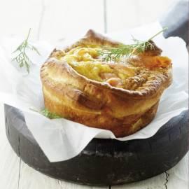 Croissanttaartje met roerei en zalm