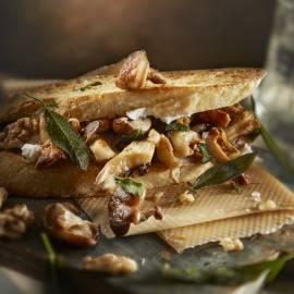 Toast met gebakken paddenstoelen, geitenkaas en walnoten