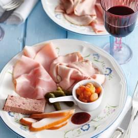 Franse vleeswarenschotel met 'oignons Monegasque'