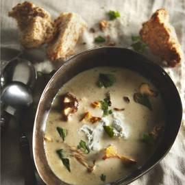 Romige paddenstoelensoep met blauwe kaas