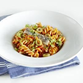 Fusilli met saus van tomaten, knoflook en sardine