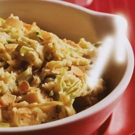 Aardappelknoflookpuree met pesto, prei en kaas