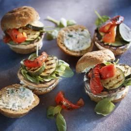Portobelloburger met gegrilde groenten en basilicummayonaise