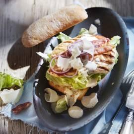 Caesar-kipburger met Parmezaanse kaas