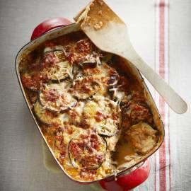Aubergine-tomatenschotel met mozzarella en Parmezaanse kaas