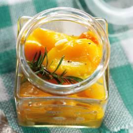 Gemarineerde gele paprika met rozemarijn en knoflook