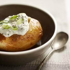 Gepofte aardappel met kwarktopping