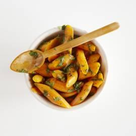 Geroerbakte wortel met koriander en knoflook