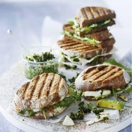 Getoaste sandwich met avocado, feta en walnootpesto